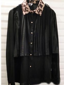 เสื้อเชิ้ตผ้าชีฟองสีดำ แต่งระบายผ้าอัดพลีตช่วงบน