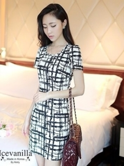 IceVanilla Striped Printed Dress เดรสผ้าพิมพ์ลายเส้นตารางขาวดำ
