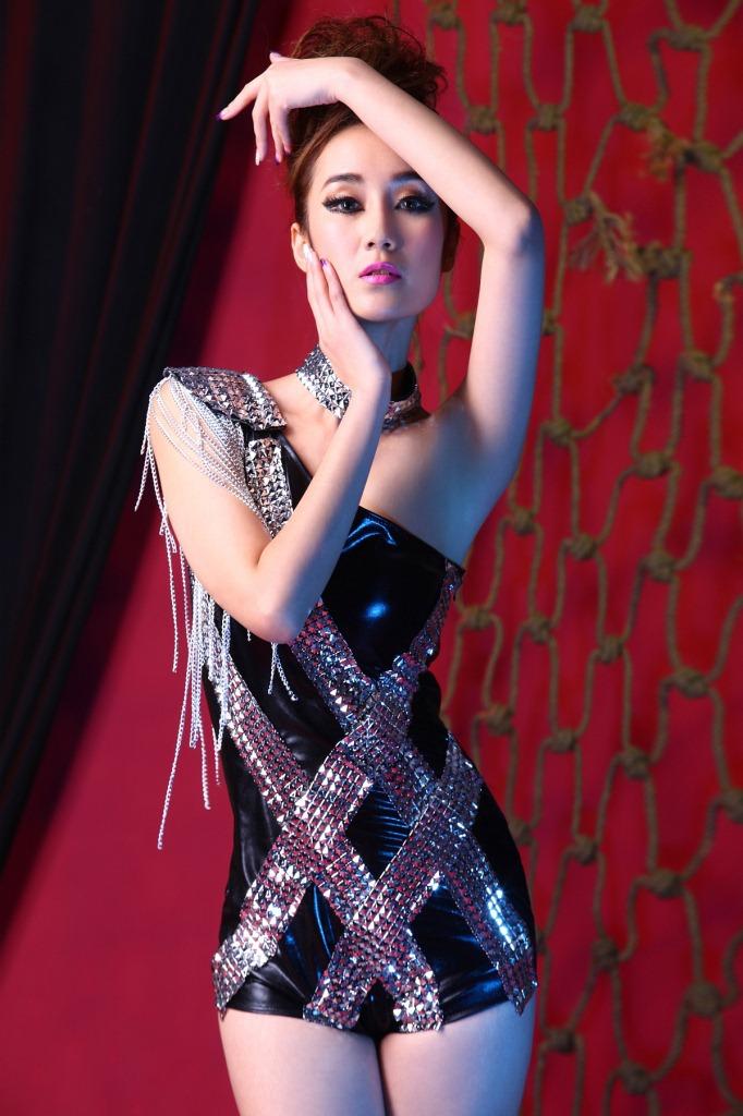 ชุดนักร้องเกาหลี ชุดแดนเซอร์ ชุดจั๊มสูทไหล่เดียวหนังสีดำ แต่งแถบโลหะด้านหน้าส และห้อยตุ้งติ้งเงินที่บ่า พร้อมปลอกคอเข้าชุด