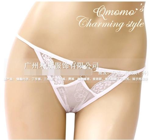 กางเกงในจีสตริงซีทรูลายดอกไม้ ด้านหน้าเจาะเป็นรูปปีกผีเสื้อ แต่งมุกและโลหะ สีขาว