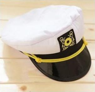 หมวกตำรวจ-หมวกทหารแฟนซี สีขาว ปีกหมวกสีดำมีเชือกเหลืองคาด พร้อมติดตราบนหมวก