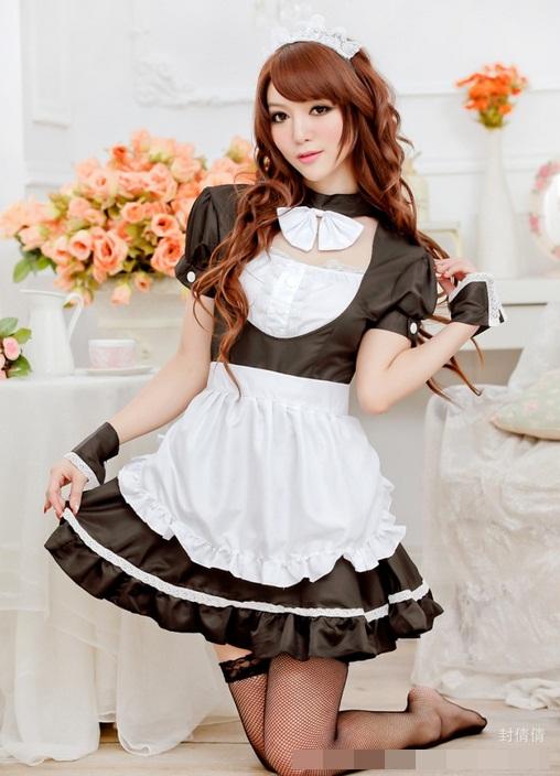 ชุดเมด ชุดแม่บ้าน ชุดสาวใช้แฟนซีน่ารัก เดรสสีดำแขนพองเจาะอกช่วงบน คอแต่งโบว์สีขาว ผ้ากันเปื้อนขาว เสื้อด้านหลังเจาะเซ็กซี่นิดๆ กระโปรงบานแต่งเส้นสีขาว (พร้อม กกน.เข้าชุด)