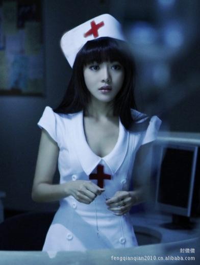 ชุดพยาบาลแฟนซี เดรสสีขาว คอปกน่ารัก แต่งกระดุมสองแถว และกากบาทแดงกลางอก ชายกระโปรงผ่าข้าง พร้อมหมวกเข้าชุด