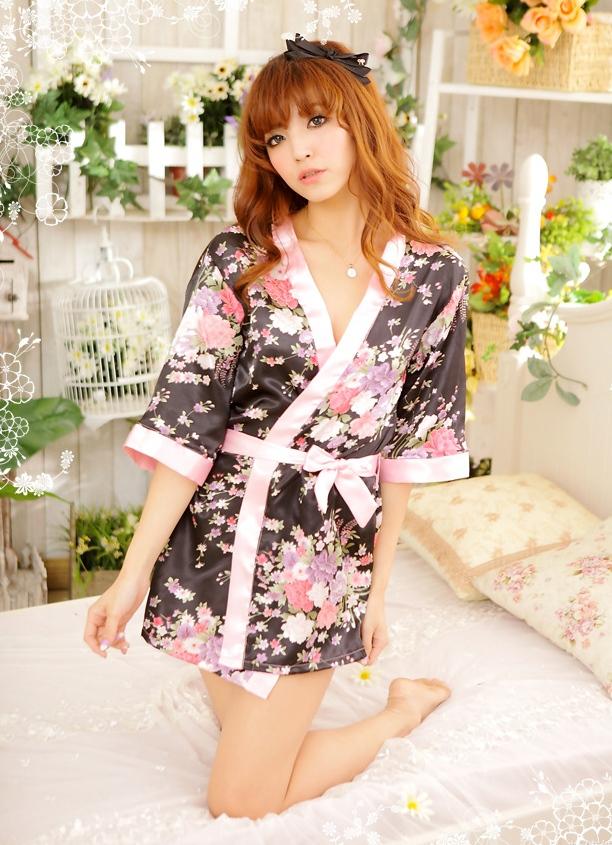ชุดนอนแบบชุดคลุม สีดำลายดอกไม้ ขอบและเชือกผูกเอว สีชมพูอ่อน (พร้อม กกน.เข้าชุด)