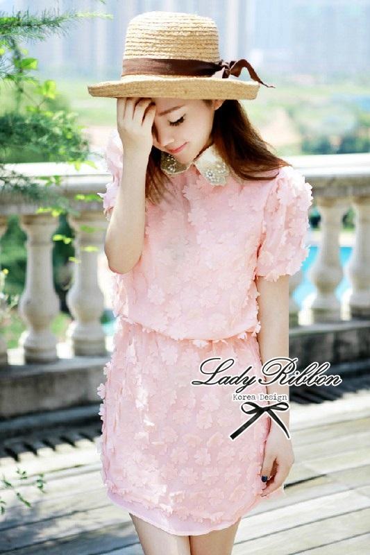 Lady Ribbon เดรสแขนสั้น คอปก ดีเทลลายดอกไม้สีชมพู
