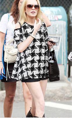 Cherry Dress เสื้อเว้าไหล่ พิมพ์ลายกราฟฟิก สีดำ