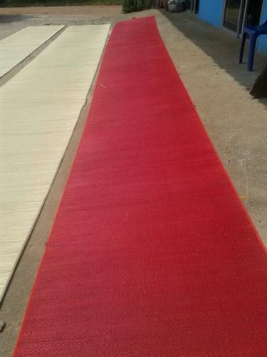 เสื่อกกถวายวัดแบบลำต้นทอมือ ย้อมสีแดง ขนาด กว้าง 1.2เมตรxยาว 10 เมตร