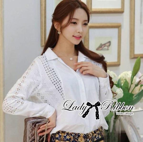 Lady Ribbon เสื้อเชิ้ตสีขาวตัดต่อผ้าฉลุลายและปักลายลูกไม้