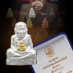 รูปเหมือนปั้ม หลวงปู่ทวด รุ่น สัตตบริภัณฑ์ เสาร์ ๕ จัดสร้างโดยมูลนิธิสรรพราเชนทร์ เนื้อเงินบริสุทธิ์ พระภควัมบดีเนื้อทองคำ สร้างจำนวน 99 องค์ มีโค๊ด องค์นี้หมายเลข ๓๗ กล่องเดิม สวยสมบูรณ์ เก็บสะสม