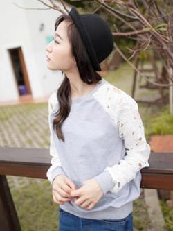 เสื้อแขนยาวสีเทา ผ้ายืดเนื้อดี ตัดต่อผ้าแก้วถักลายดอกไม้ที่แขน แบบสุดฮิต