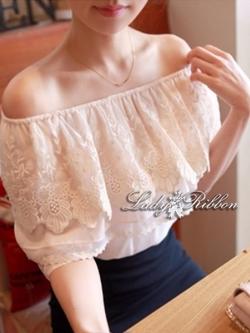 Lady Ribbon เสื้อเปิดไหล่สีขาว แต่งลูกไม้ระบายอก
