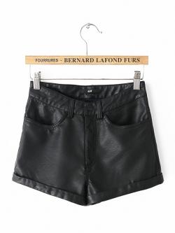 H&M กางเกงขาสั้น ผ้าหนัง กระดุม + ซิปหน้า มีกระเป๋าข้างและหลัง สีดำ (Size M,L)
