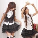 ชุดนักเรียนญี่ปุ่น เสื้อสีขาวแต่งระบายที่คอและขอบแขน กระโปรงเป็นชั้นๆสีดำสลับผ้าดำลายจุด พร้อมเสื้อกั๊กตัวสั้นเข้าชุด