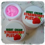 Night Cream Strawberry Plus by Mayziio 10 g. ครีมสตรอเบอร์รี่หน้าสด
